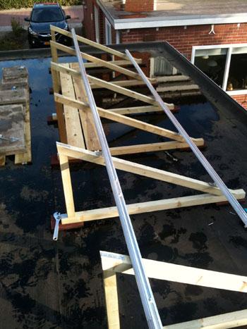 Montage van zonnepanelen op plat dak