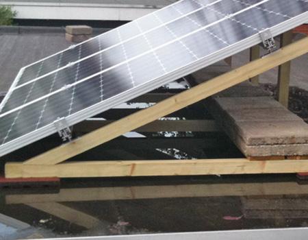 doe het zelf frame voor zonnepanelen op een plat dak