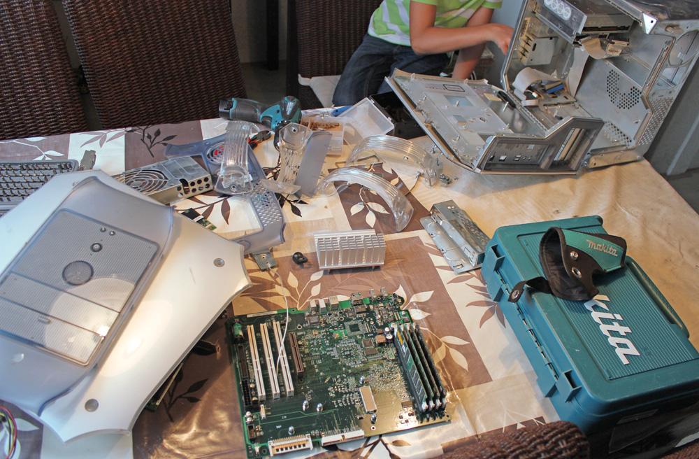Na een dik uur flink sleutelen zijn alle componenten verwijderd. Het verwijderen van de kunststof kappen was uiteindelijk noodzakelijk om ook de laatste onderdelen goed te kunnen demonteren.